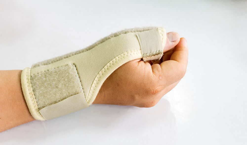 An image of a hand in a thumb and wrist cast.