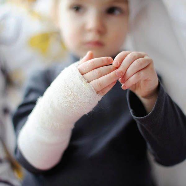 child with broken hand