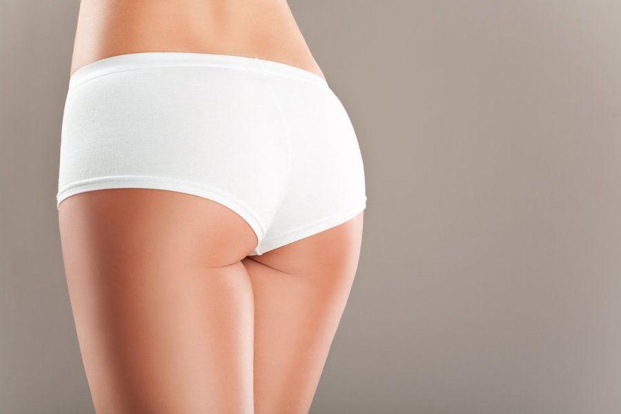 Une femme portant des sous-vêtements blancs.