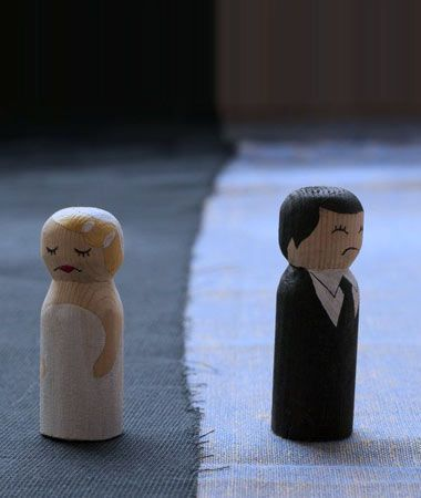 Bride and groom figurines.