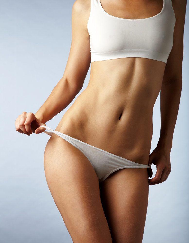 Un modèle féminin sculpté dans des sous-vêtements blancs.